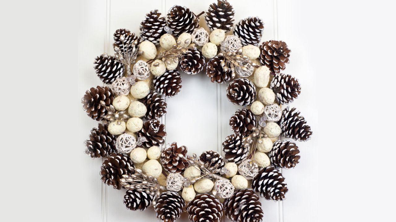 decoracion-navidad-pinas-secas-corona-1280x720x80xx